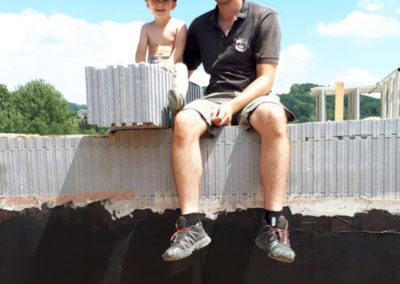 Vater und Sohn auf der Baustelle